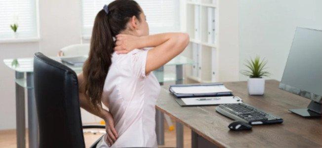 Conozca las enfermedades más comunes que resultan de una mala postura en el trabajo.